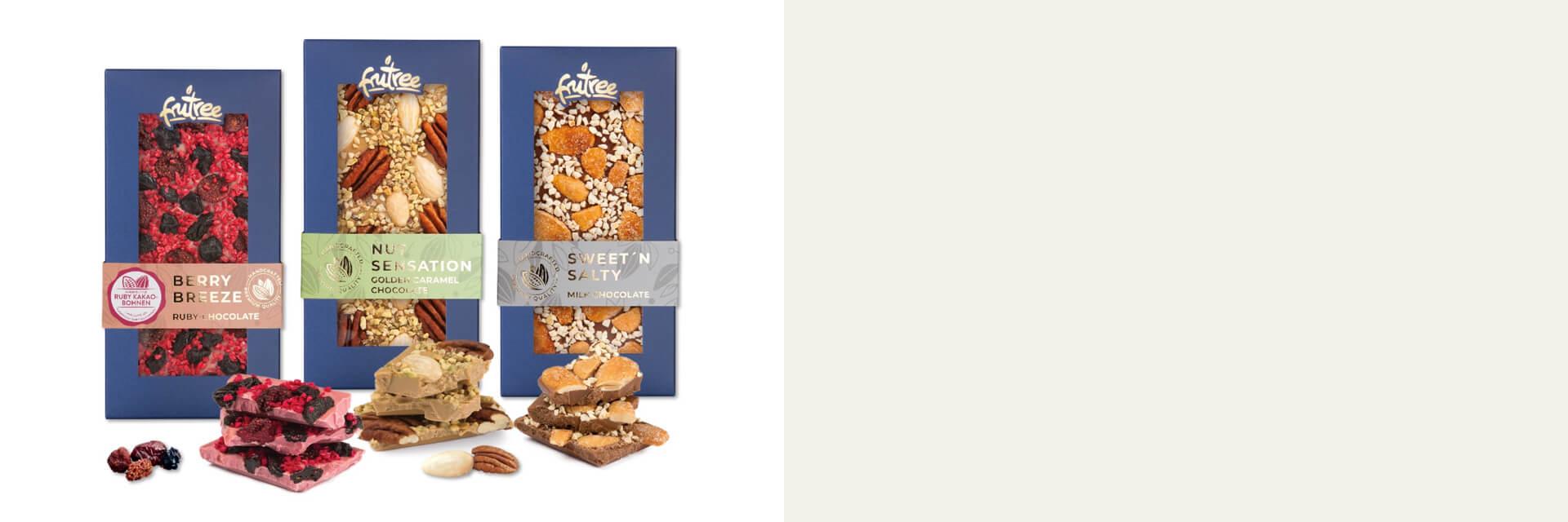Exquisite Schokoladentafeln und Arrangements aus schokolierten und gefüllten Medjoul-Datteln verziert mit erlesenen Trockenfrüchten, Nüssen und ausgewählten Toppings.
